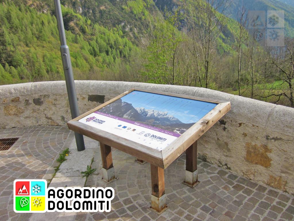 Pannello illustrativo con informazioni sulle Dolomiti installati dal Parco Nazionale delle Dolomiti Bellunesi presso la chiesa di Tiser a Gosaldo