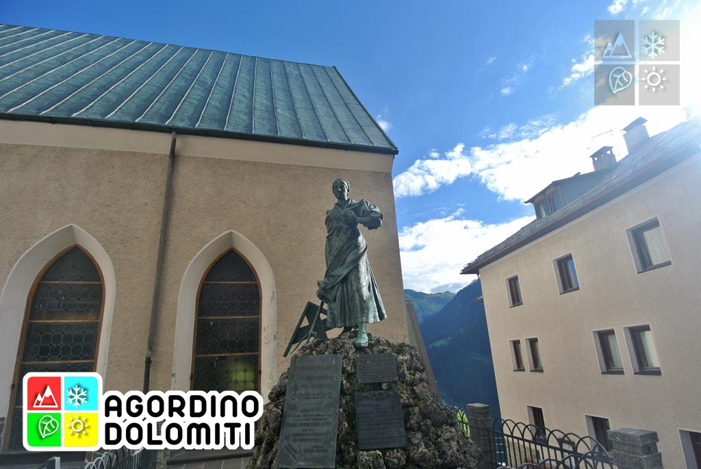 Statua di Katharina Lanz in piazza a Pieve