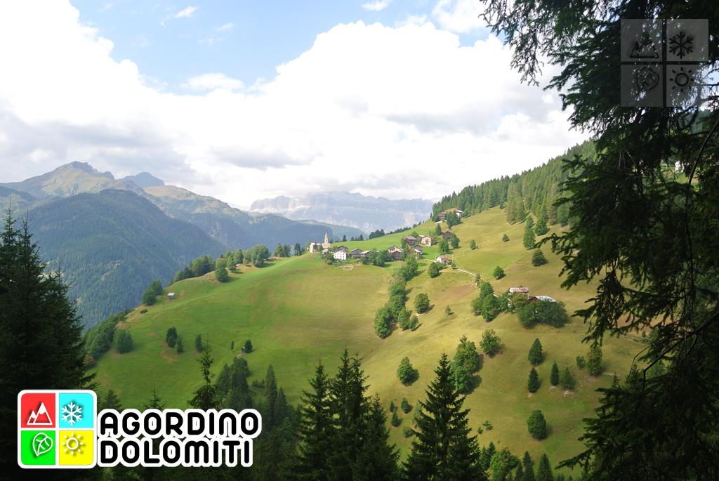 Veduta sulla Valle di Fodom e sulla frazione di Larzonei